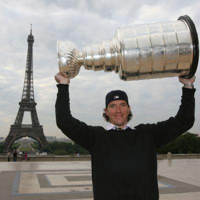 Cristobal Huet, soulevant la Stanley Cup au Trocadéro